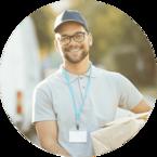 Icon zur bundesweiten Medikamenten-Lieferung der Fachapotheke seltene Krankheiten zeigt lächelnden Mann mit Paket